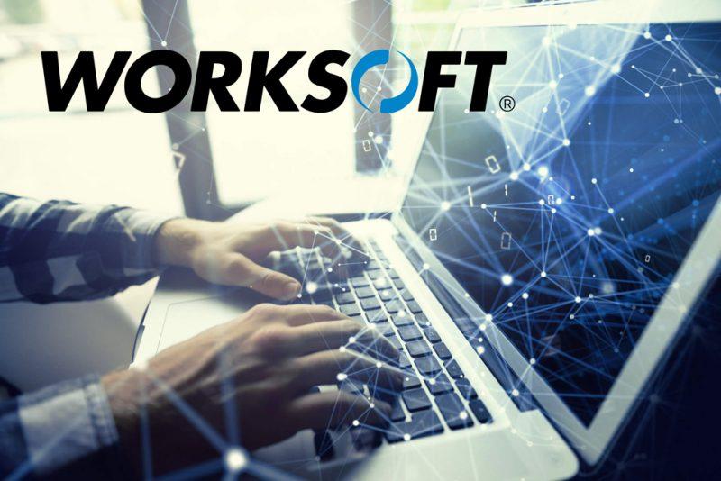 man skriver på datorn samt Worksofts logo