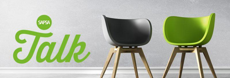 SAPSA Talk logo och två stolar, en grön och en grå