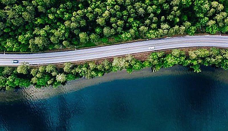 väg sjö och skog sett uppifrån